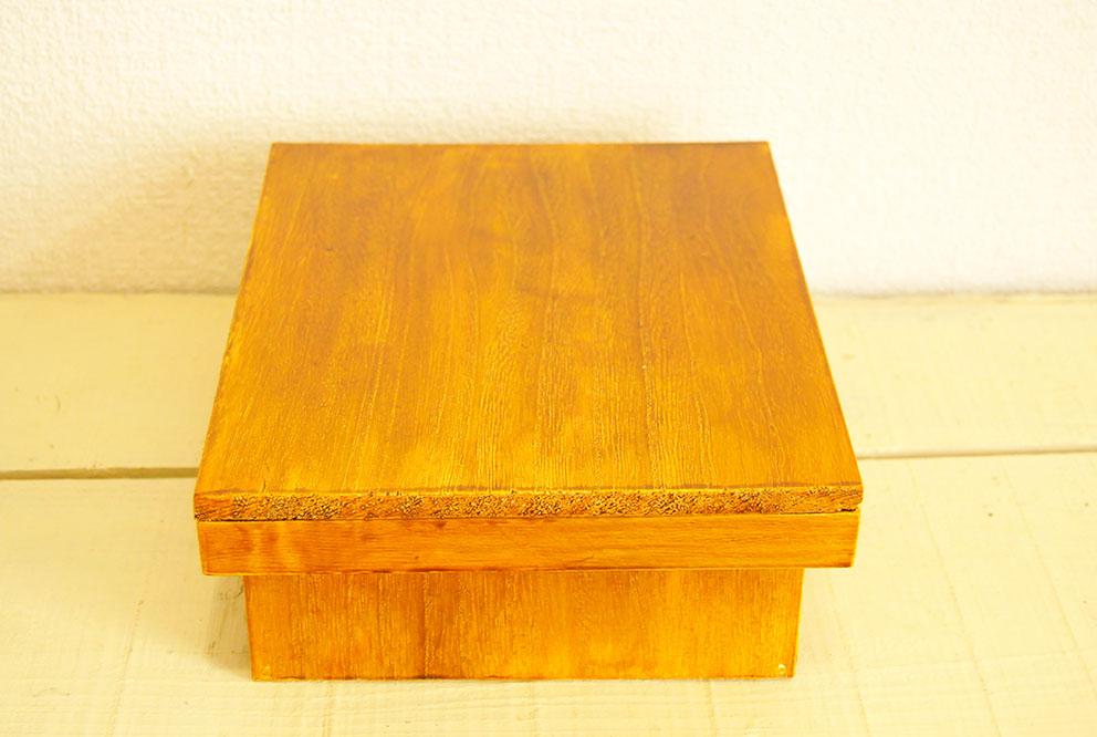 色塗りが完成した茶色の飴色のDIY箱