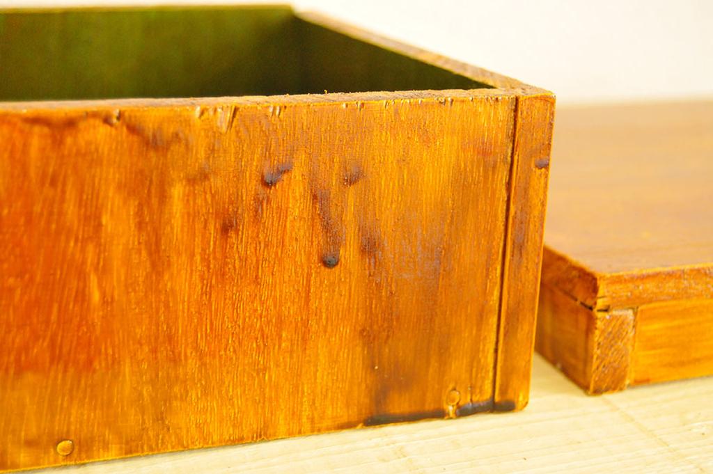 カラーニスを塗って少し液が垂れるような模様をつけたDIY箱