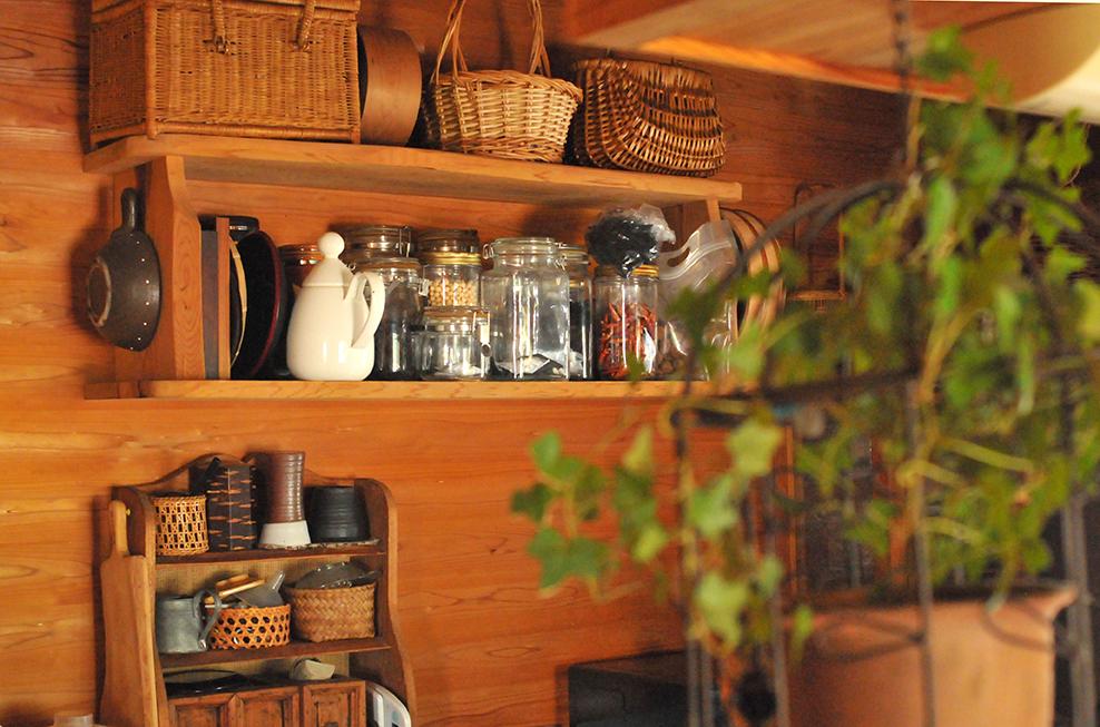 台所の棚もナチュラルカラーで整理整頓されている