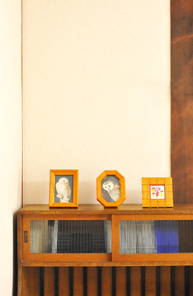 シンプルなイメージの棚の上に3つ並んだフォトフレーム