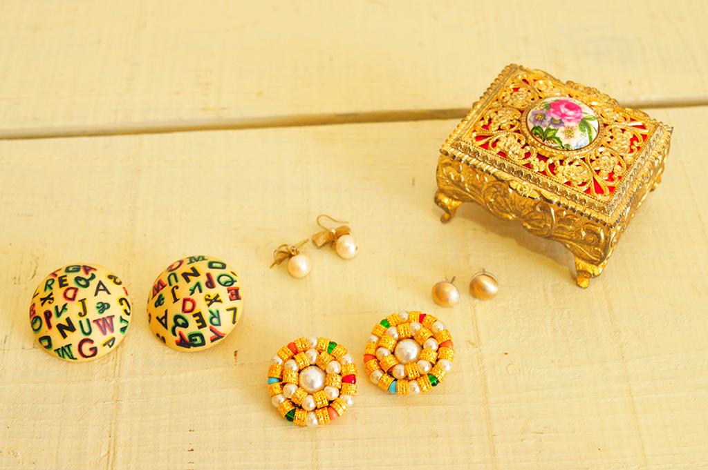 レトロで明るいピアスやイヤリングで明るいアクセサリーの小さなコレクション