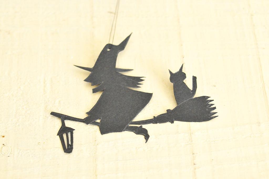 黒画用紙に魔女のイラストを描いて切り抜く