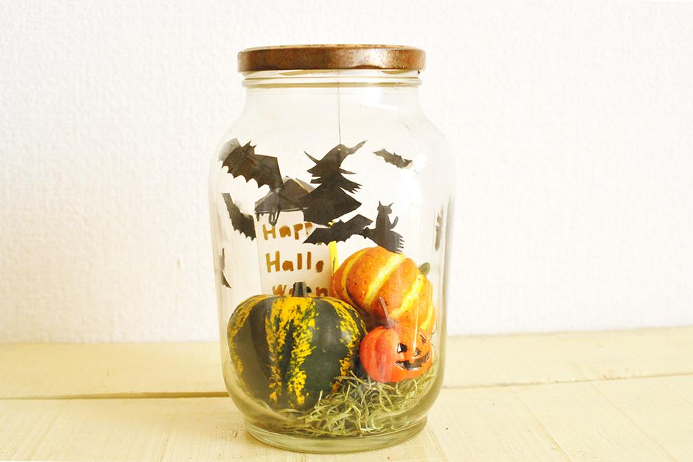 出来上がった瓶づめハロウィンコウモリや魔女がカボチャの上を飛んでいる楽しい世界