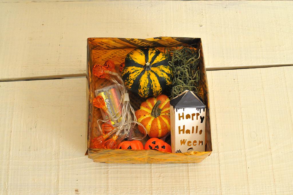 お弁当箱みたいにハロウィン飾りに使う材料を入れた箱