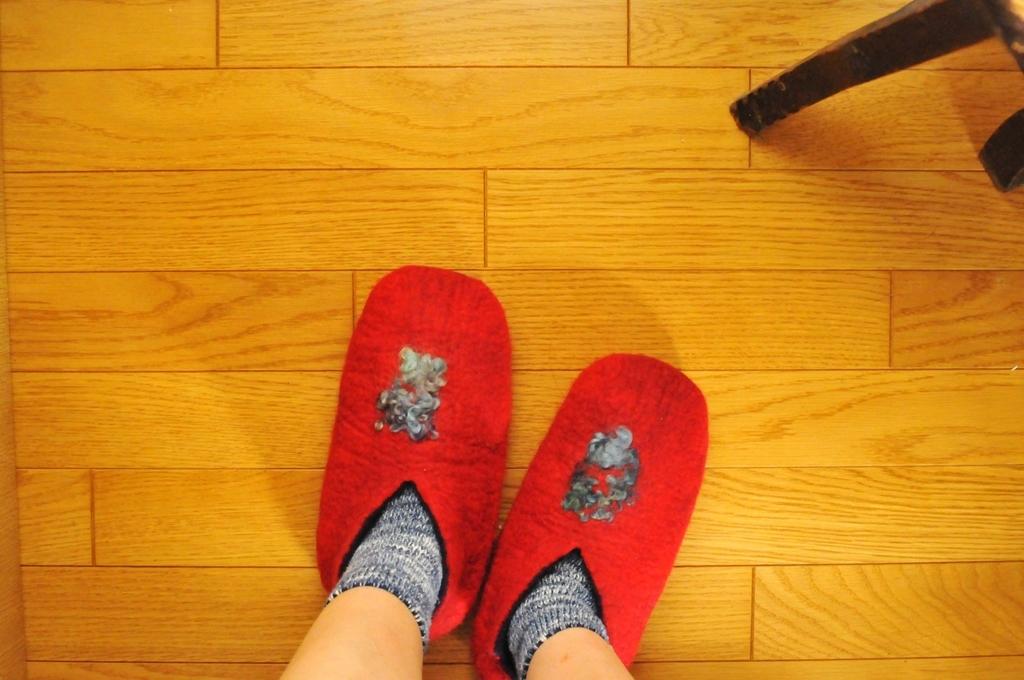 履いていると暖かそうな手作りのフェルトの赤いスリッパ