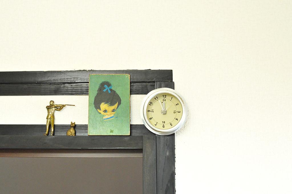 仕切りの上に飾った緑色のレトロイラストが可愛いボード