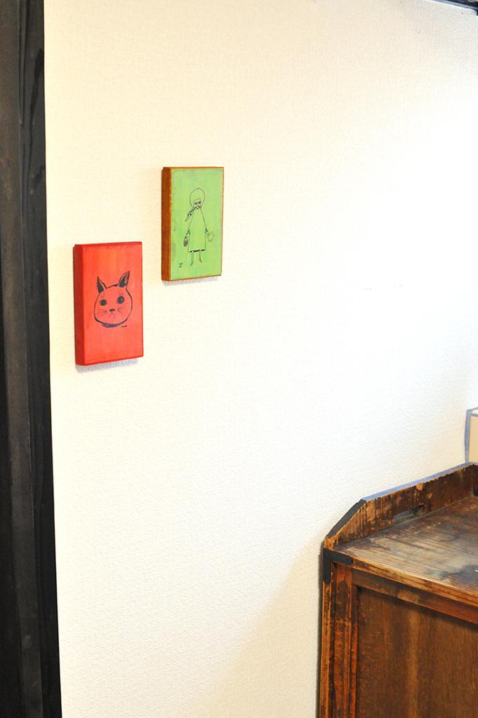 壁にスッキリと掛けた木製のイラストボード2枚