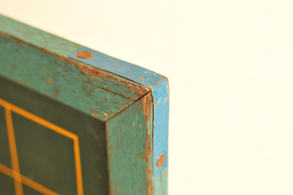 木枠の角にはアルミ板でカバーされていて釘で止められている