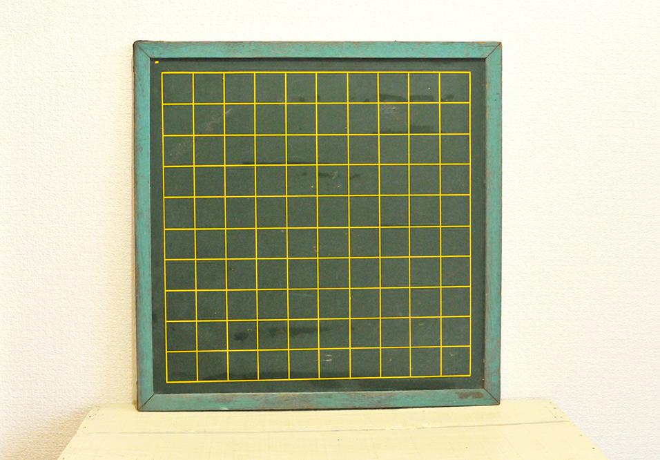 黄色のマス目が並んだ緑色の黒板