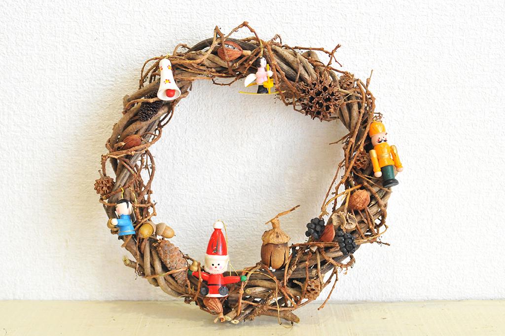 カラフルなオーナメントと木の実のオリジナルクリスマスリースはおしゃれ