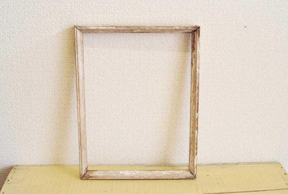 ゴミだったものを再利用。白い木製の額縁の枠
