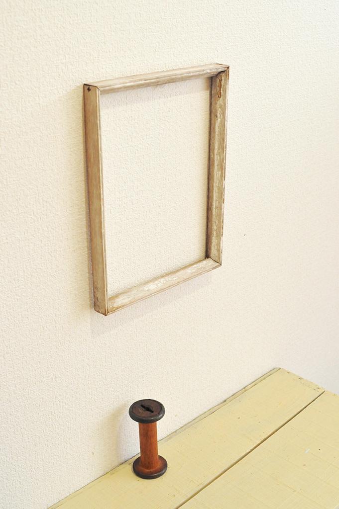 古びた木枠と昔の糸巻きでシンプルだけど暖かい雰囲気