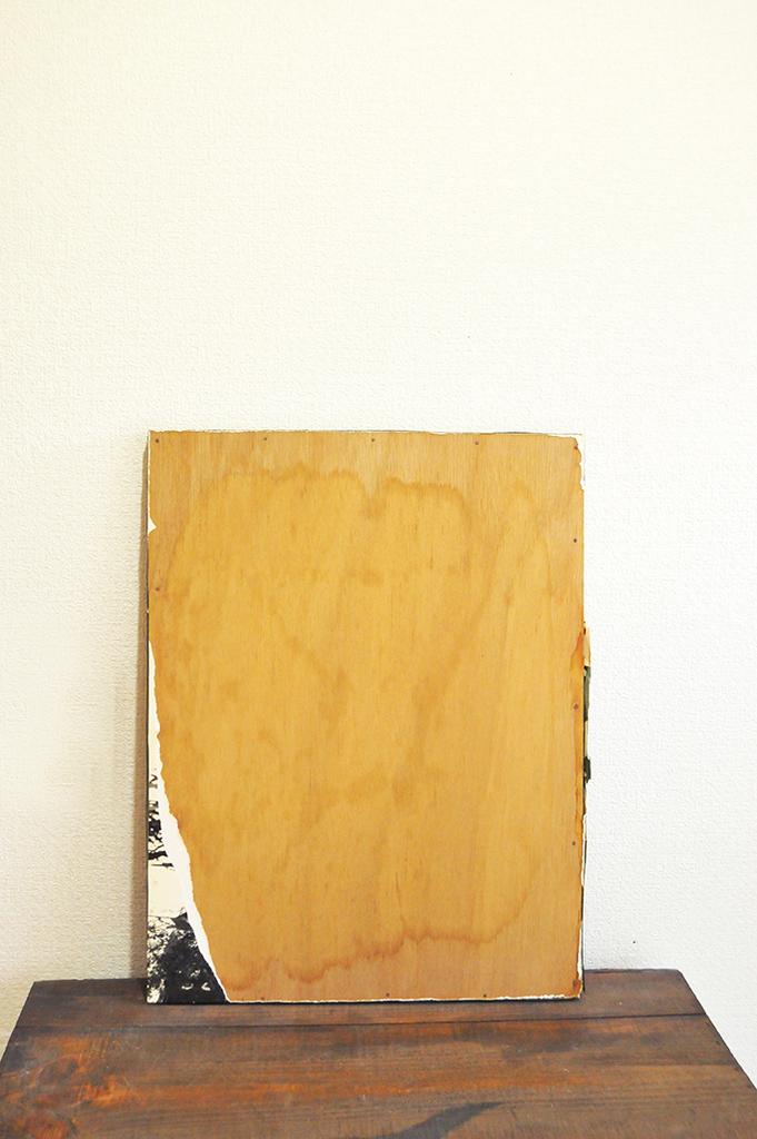 大きなキャンパスの少し剥げた写真が残った木製ボード