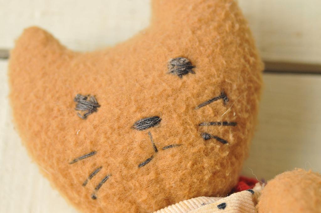 フリース生地の猫ぬいぐるみの顔は素朴な可愛さ