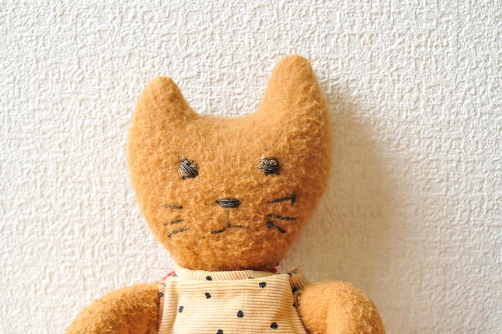 手作りぬいぐるみの顔は刺繍糸で縫ってある素朴な顔