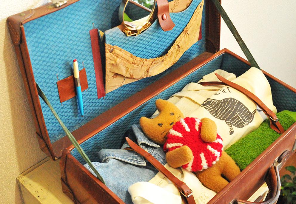 トランクバッグに荷物と一緒に詰め込まれた手作りぬいぐるみ