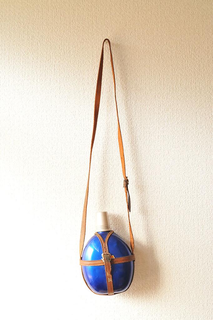 壁に掛けたレトロな青色が綺麗なアルミ水筒