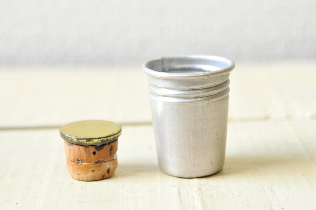 アルミ水筒の蓋と中にあるコルクの栓