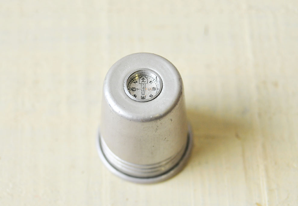 アルミ水筒の蓋についている小さな方位磁石は漢字とローマ字で方位が書いてある