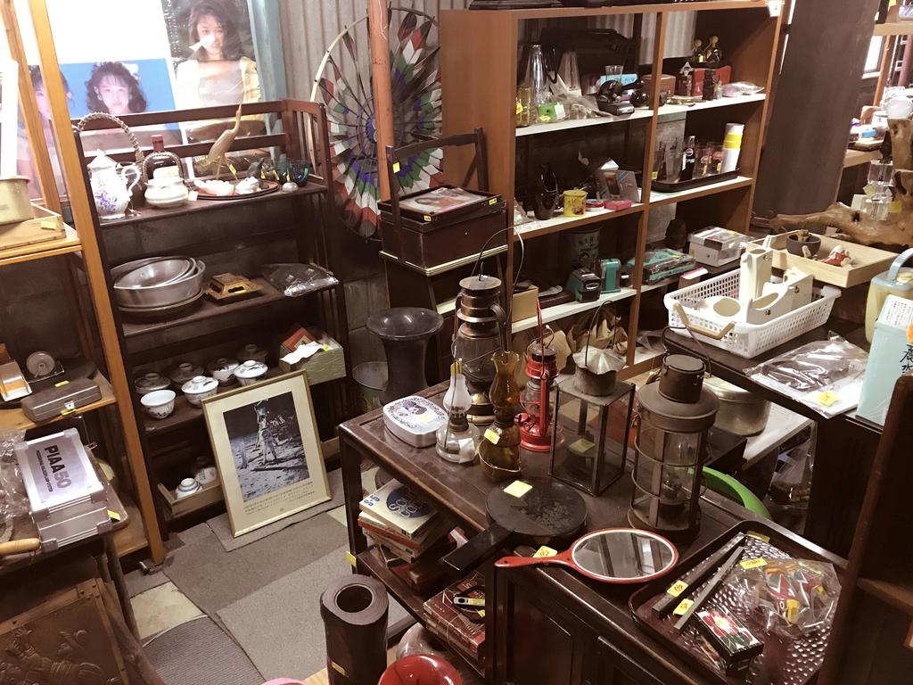 ふるものせいかつ図鑑ーたくさんの古物・レトロ品が並ぶ店内