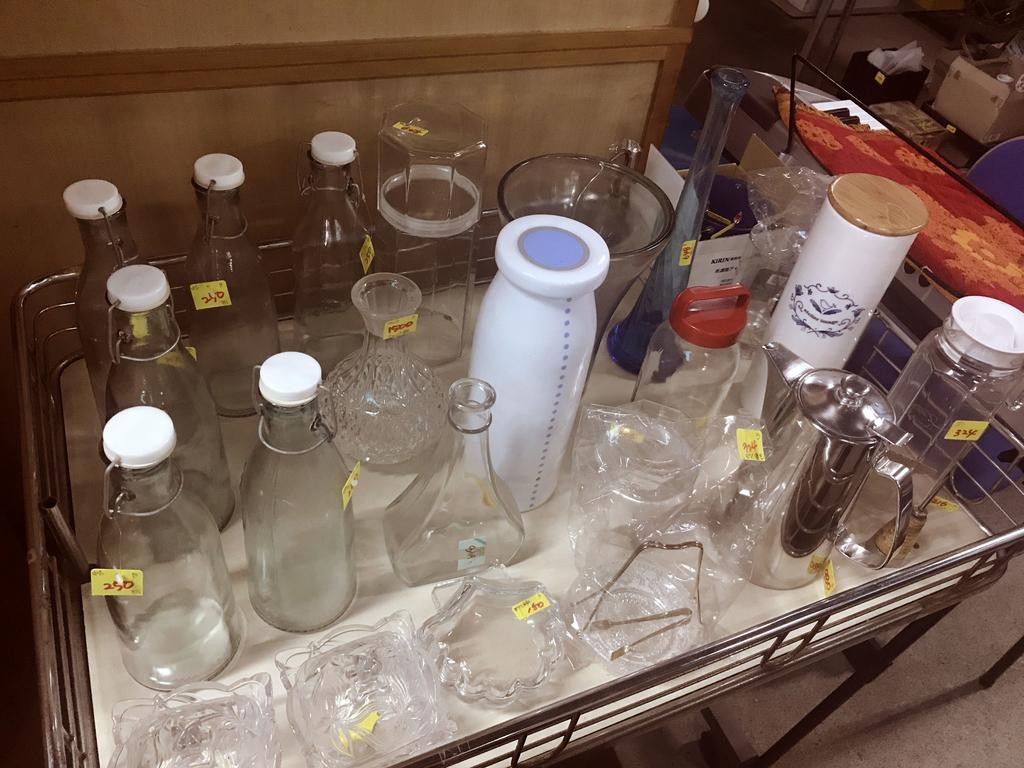 ワゴンの上にはガラスの瓶がたくさん。中にはレトロ品もある