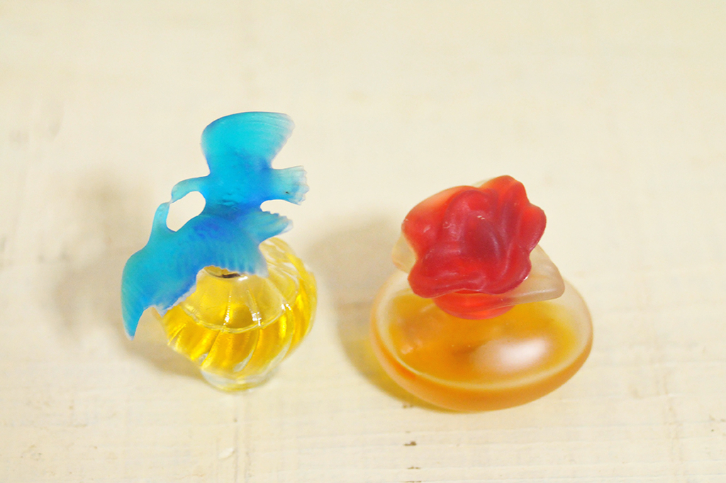 レトロミニ香水のデザインは赤や青でカラフル&可愛い