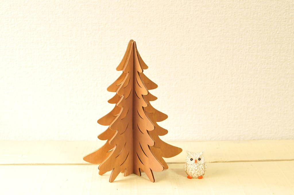 木製の組み合わされて作られたもみの木とミニフクロウ