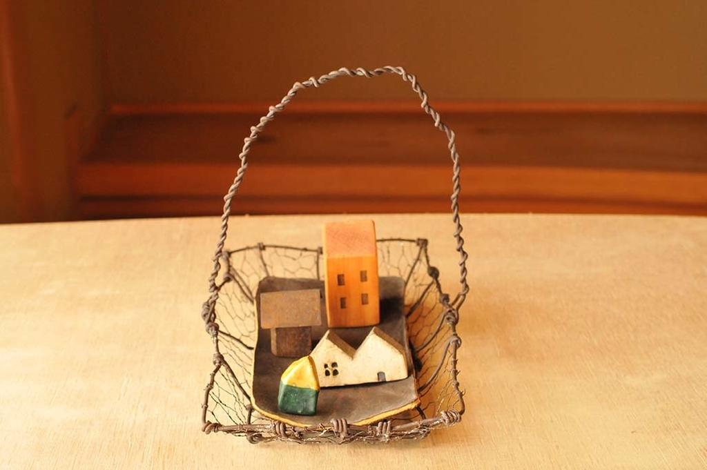 小さい雑貨を並べた手作りワイヤーカゴはシンプルでおしゃれ
