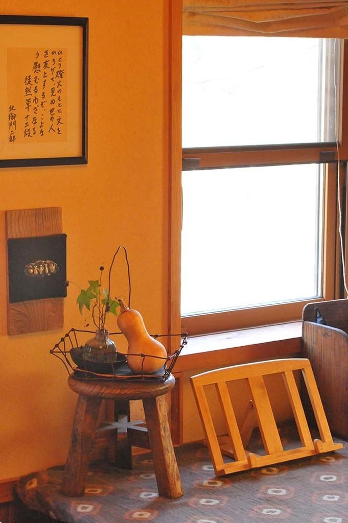 植物を置いたワイヤーカゴは部屋の窓辺にもよく合う-ふるものせいかつ図鑑