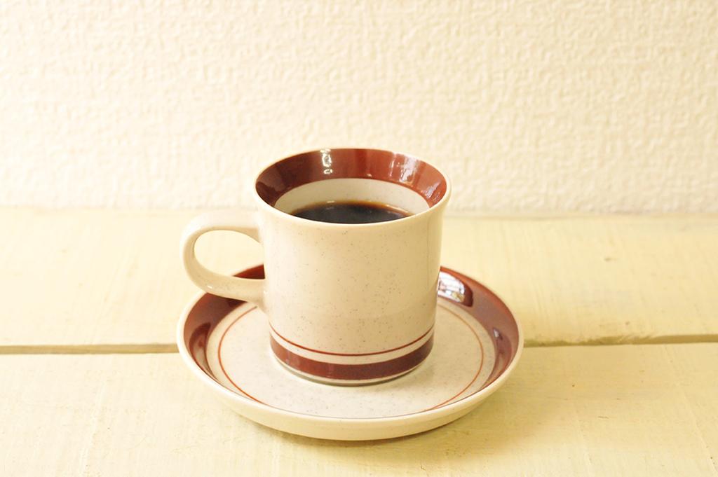 20円で買ったコーヒーカップにコーヒーを注いでおやつタイム