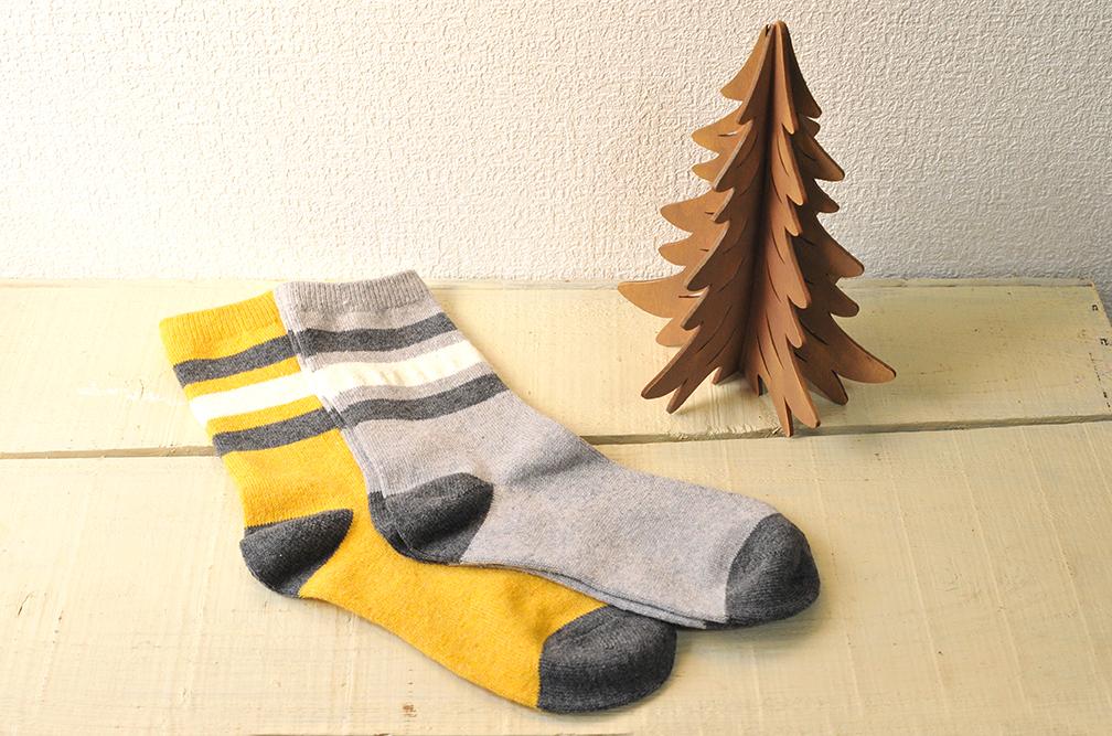 3coinsで半額で買った靴下2足はグレーとからし色で暖かそう