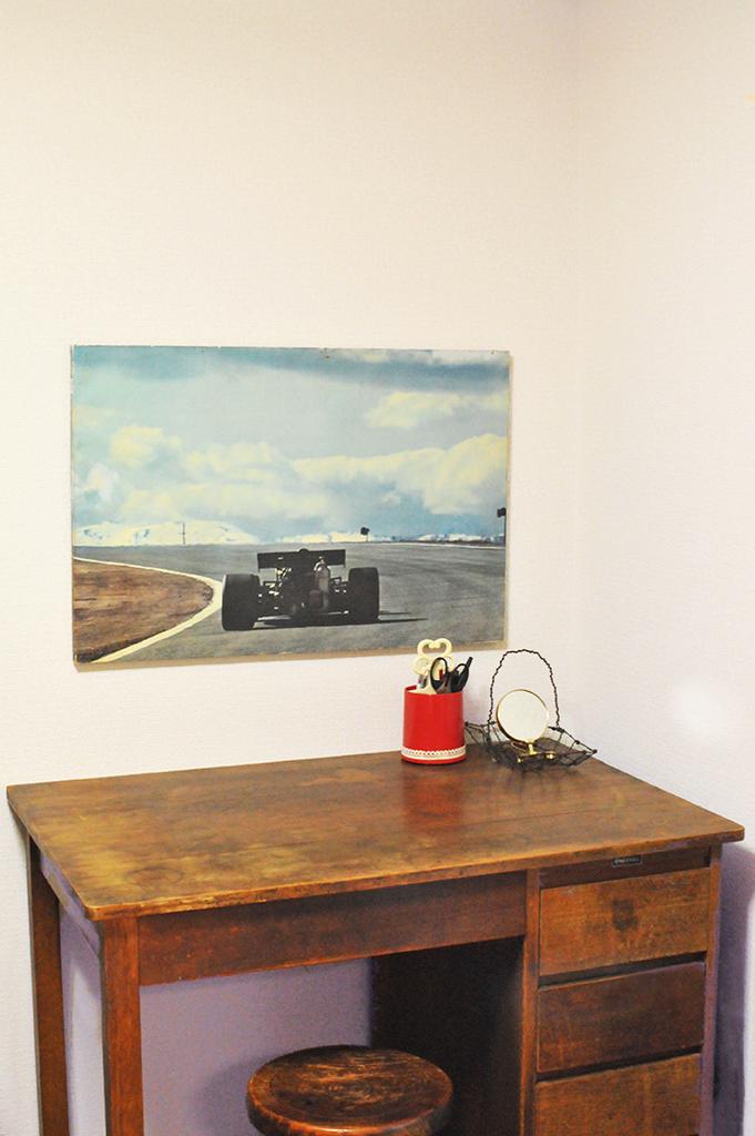 100円で買った写真ボードを机の前に飾ってみるとシックな雰囲気に。