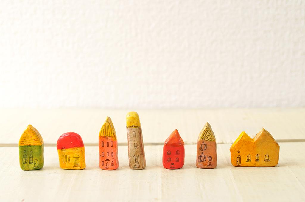 紙粘土で作った小さなお家たち-ふるものせいかつ図鑑