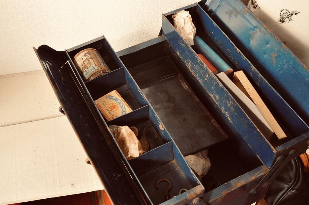 工具箱に入った錆びた缶や拾った工具は大切なコレクション-ふるものせいかつ図鑑