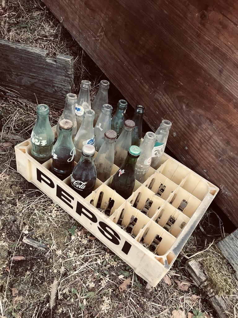 ペプシのコンテナに入った昔のレトロ瓶たち