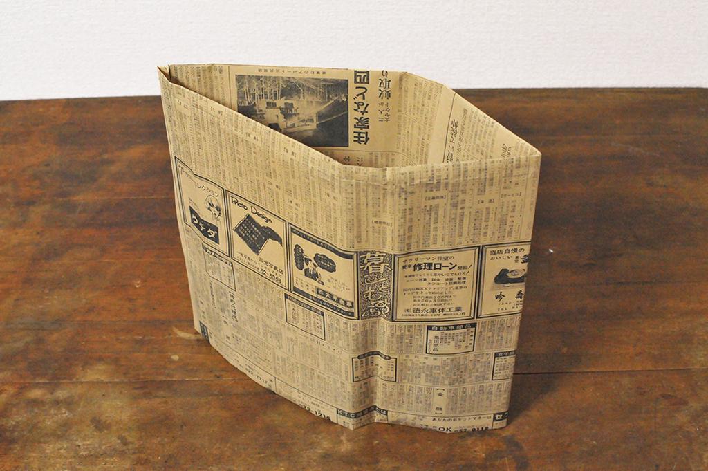 新聞バッグを作る:折ったり貼ったりして筒状になった新聞紙