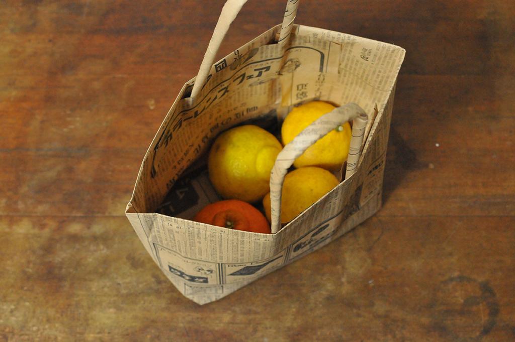 手作り新聞バッグに黄色い果物を入れてみる-ふるものせいかつ図鑑