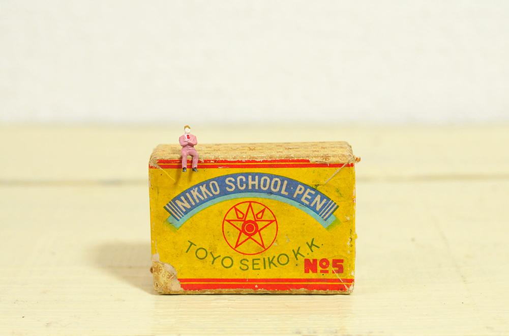 スクールペンの包装箱はレトロで色もかわいい。-ふるものせいかつ図鑑