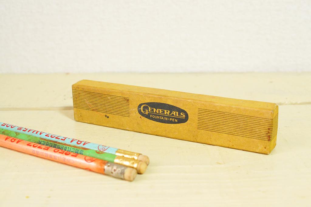 古物の小さな箱と昔の鉛筆-ふるものせいかつ図鑑