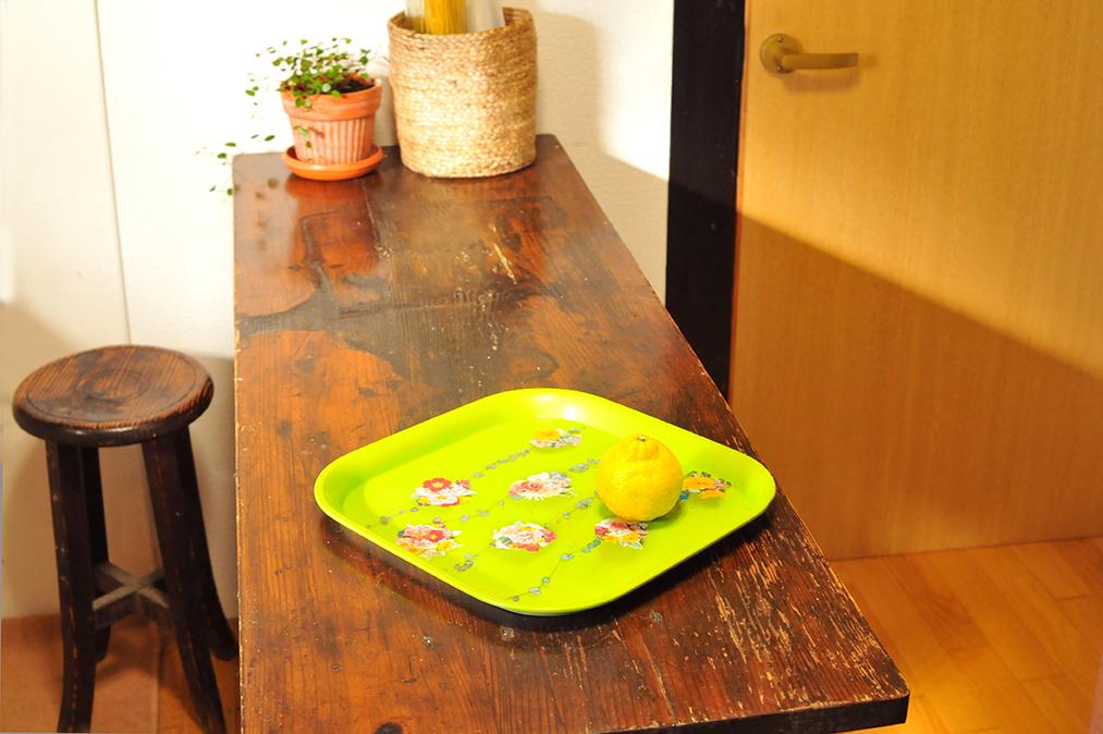 キッチンの花柄レトロお盆と古道具のテーブル-ふるものせいかつ図鑑