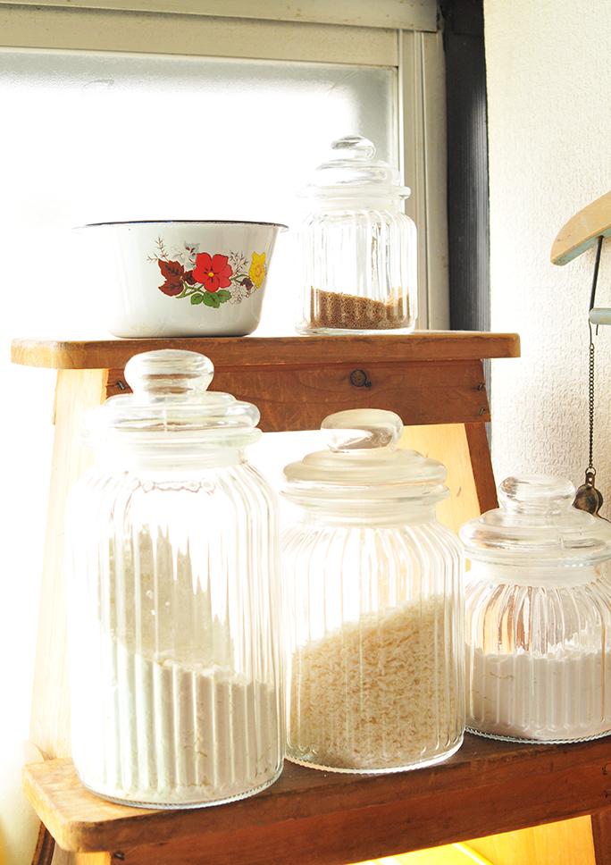 キッチンの調理棚のレトロ花柄ホーローボール-ふるものせいかつ図鑑
