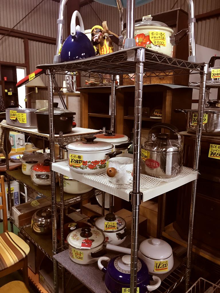 レトロホーロー鍋が豊富なリサイクルショップ店内-ふるものせいかつ図鑑