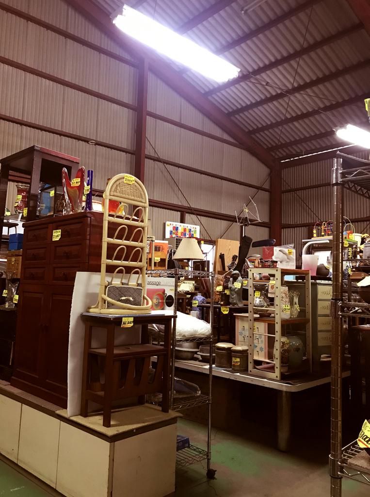 倉庫の店内にレトロキッチン用品や古道具雑貨がたくさん並ぶ