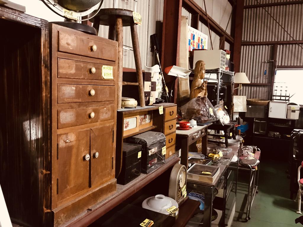 古道具とレトロ商品が所狭しと並ぶリサイクルショプ店内-ふるものせいかつ図鑑