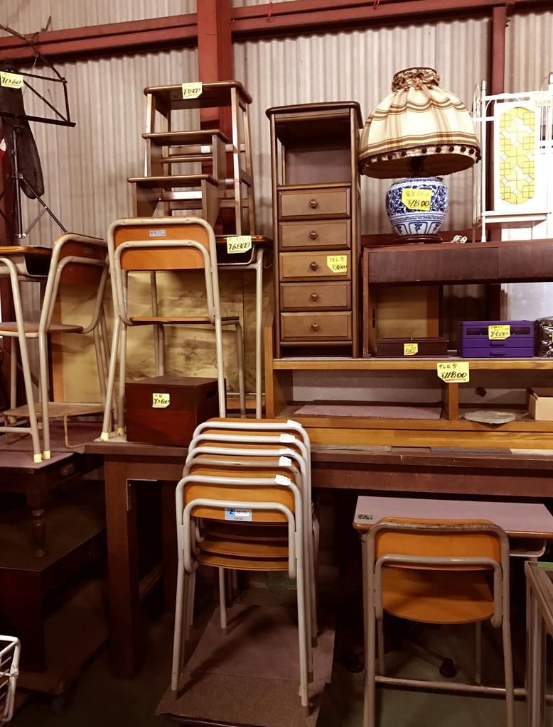 古道具家具から学校机など家具も置いてあるリサイクルショップ店内
