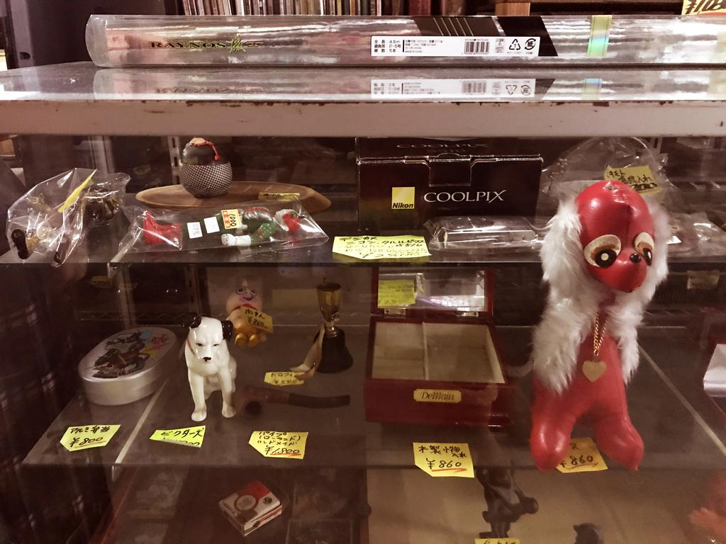 レトロな人形が並ぶリサイクルショップの入口ショーケース-ふるものせいかつ図鑑