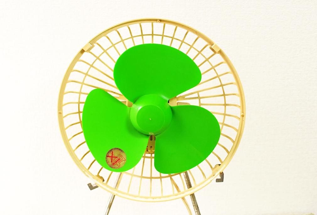 緑の羽がレトロな古い卓上扇風機-ふるものせいかつ図鑑