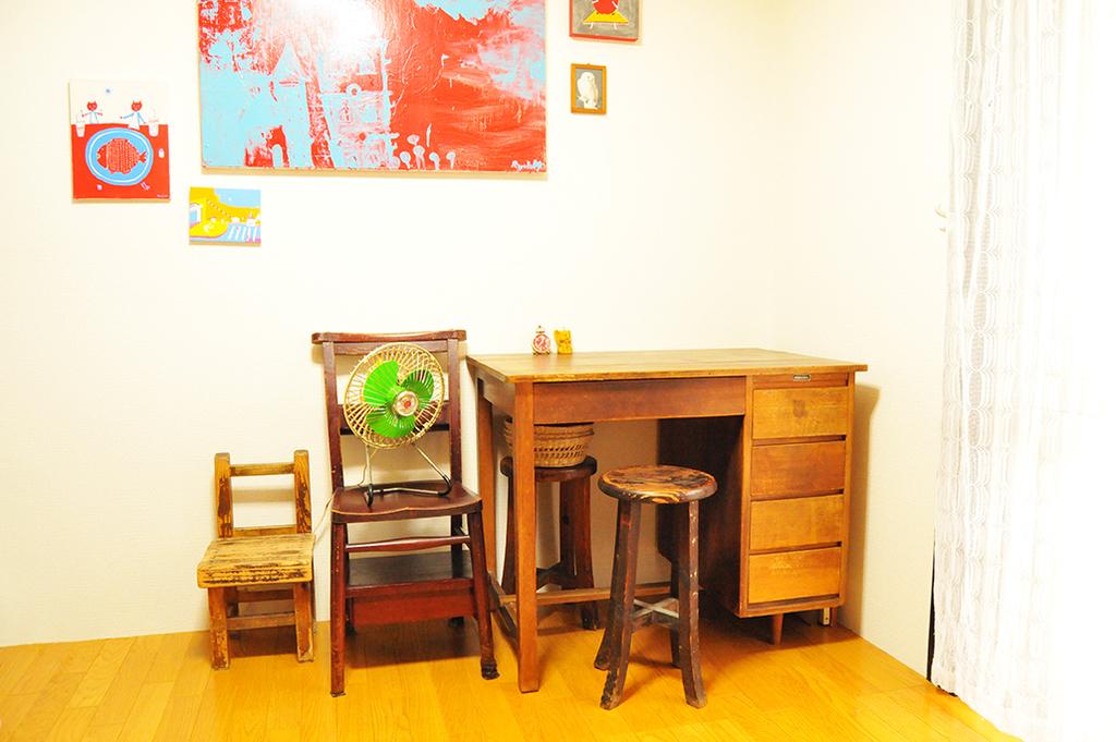 部屋の作業机や椅子とレトロ卓上扇風機。ほとんどがもらいもの-ふるものせいかつ図鑑