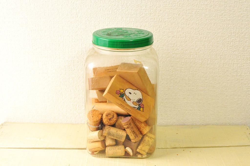 海苔のガラス瓶にストックしたDIY用の積み木とコルク