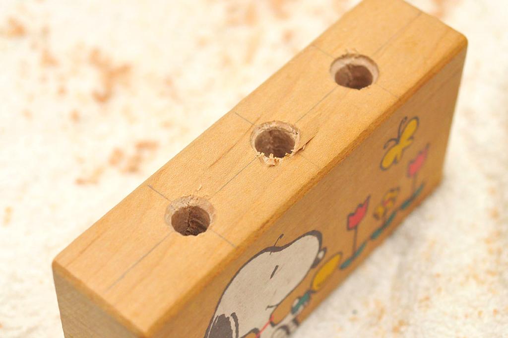 穴開けが完了したスヌーピー積み木リメイク-ふるものせいかつ図鑑